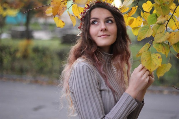 Smiling girl in a wedding hair wreath in autumn