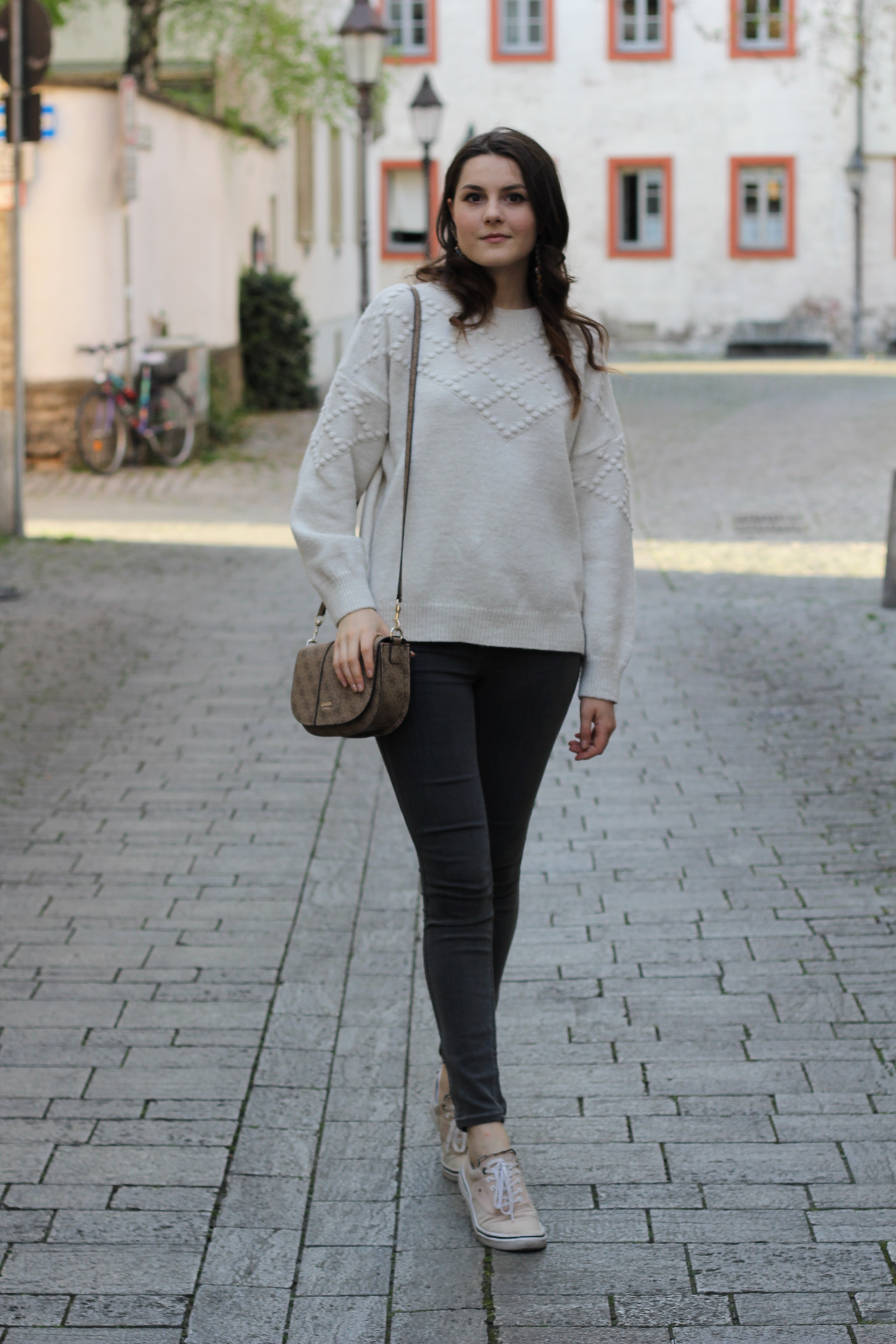 Oversize white pullover look